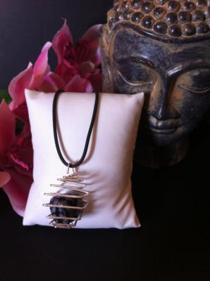 OBSIDIENNE NEIGE COLLIER CAGE